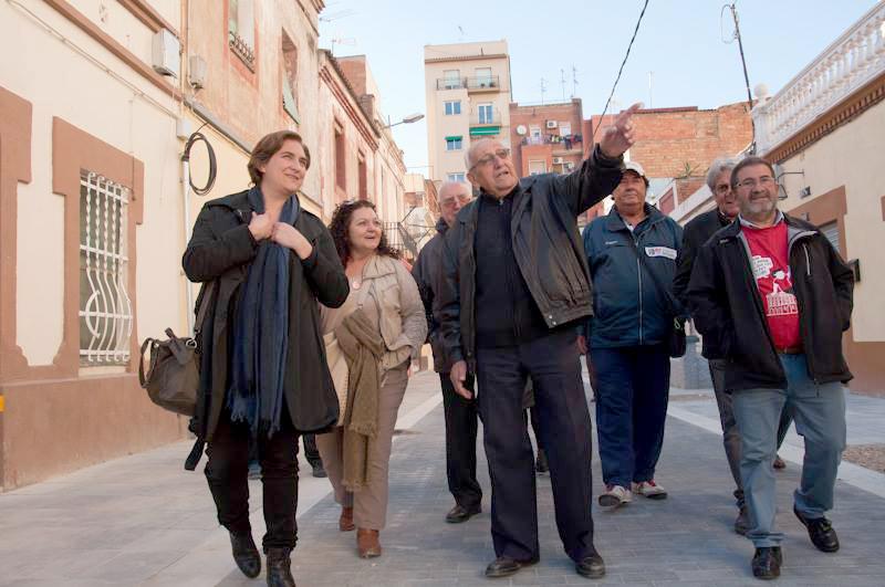 Ada Colau visitant els barris de La Marina-Zona Franca