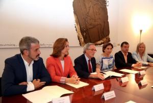 L'alcalde Trias, en el moment de la signatura, juntament amb els representants de Barcelona en Comú, Ada Colau, de Ciutadans, Carina Mejías, del PSC, Jaume Collboni, d'Esquerra Republicana, Alfred Bosch, i del PP, Ángeles Esteller Foto: ACN.